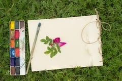 Lo sketchbook fatto a mano con i fiori e le foglie di selvaggio è aumentato Fotografie Stock