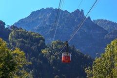 Lo ski-lift o l'elevatore nelle alpi bavaresi delle montagne, Bad Reichenhall, Germania Immagini Stock