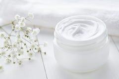 Lo skincare crema cosmetico antinvecchiamento ed il fronte dell'anti grinza si preoccupano Fotografie Stock Libere da Diritti