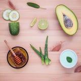 Lo skincare e l'ente casalinghi sfrega con il avoca naturale degli ingredienti Fotografia Stock
