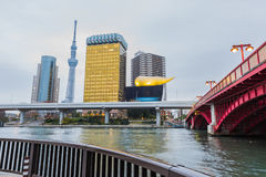 Lo skytree ed Asahi di Tokyo si elevano con il fiume ed il ponte di Sumida immagine stock libera da diritti