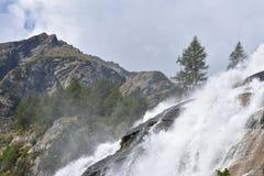 Lo slancio ed il potere di acqua alle cascate di Toce nelle alpi italiane fotografia stock libera da diritti
