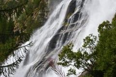 Lo slancio ed il potere di acqua alle cascate di Toce nelle alpi italiane immagine stock