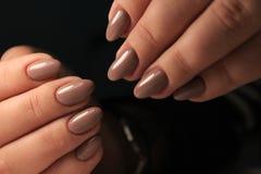 Lo smalto per unghie di progettazione del manicure cambia il colore Termo immagini stock libere da diritti