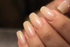 Lo smalto per unghie di progettazione del manicure cambia il colore Termo fotografia stock libera da diritti