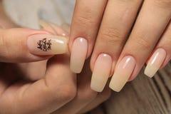 Lo smalto per unghie di progettazione del manicure cambia il colore Termo immagine stock libera da diritti