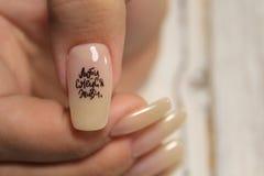 Lo smalto per unghie di progettazione del manicure cambia il colore Termo fotografia stock