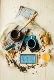 Lo Smart Phone del torchio tipografico manuale con la tazza di caffè ed il trasduttore auricolare, concetto tutto può fare sulla  Immagini Stock Libere da Diritti