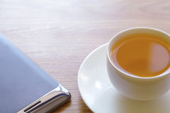 Lo Smart Phone e la tazza di tè Fotografie Stock