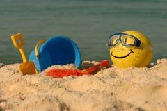 Lo smiley ha affrontato la pallavolo con i giocattoli della spiaggia Fotografie Stock Libere da Diritti