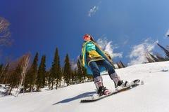 Lo Snowboarder che fa un lato del dito del piede scolpisce Immagini Stock