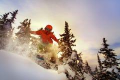 Lo Snowboarder che fa un lato del dito del piede scolpisce Fotografia Stock Libera da Diritti