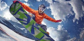 Lo Snowboarder che salta attraverso l'aria immagine stock libera da diritti