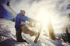 Lo Snowboarder che salta dal trampolino contro il cielo Fotografie Stock Libere da Diritti