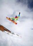 Lo Snowboarder che salta su Immagine Stock Libera da Diritti
