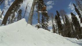 Lo Snowboarder con lo snowboard sta saltando molto su archivi video