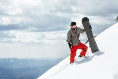 Lo snowboarder dell'uomo sta sul pendio Fotografia Stock Libera da Diritti
