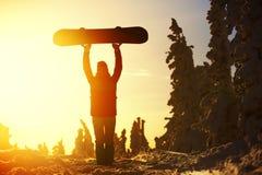 Lo snowboarder della ragazza gode della stazione sciistica Fotografie Stock Libere da Diritti