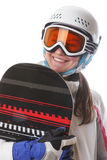 Lo snowboarder della ragazza nel casco e nei vetri tiene il suoi bordo e sorridere Fotografia Stock