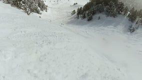 Lo snowboarder dilettante che guida il pendio di montagna nevoso, divertente viene a mancare la compilazione, POV video d archivio