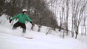 Lo Snowboarder fa scorrere il pendio della neve archivi video