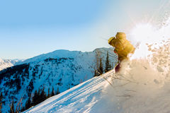 Lo snowboarder Freerider della ragazza fa scorrere dalla montagna alla luce Fotografia Stock