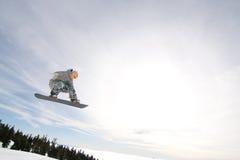Lo Snowboarder maschio cattura la grande aria. Fotografia Stock