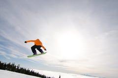 Lo Snowboarder maschio cattura la grande aria. Fotografia Stock Libera da Diritti