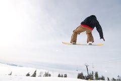 Lo Snowboarder maschio cattura la grande aria. Fotografie Stock