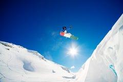 Lo Snowboarder salta Fotografia Stock