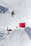 Lo Snowboarder salta nel parco della neve, stazione sciistica Fotografia Stock Libera da Diritti