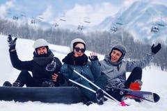 Lo Snowboarder sta saltando con lo snowboard da snowhill Paesaggio di salto delle montagne dell'uomo nel fondo Corsa con gli sci  Fotografia Stock Libera da Diritti