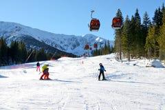 Lo snowpark, gli sciatori e la teleferica in Jasna Low Tatras Fotografia Stock Libera da Diritti