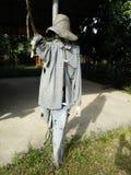 Lo spaventapasseri protegge gli uccelli Fotografie Stock