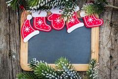 Lo spazio in bianco della lavagna incorniciato nel bello albero di Natale si ramifica e Immagini Stock Libere da Diritti