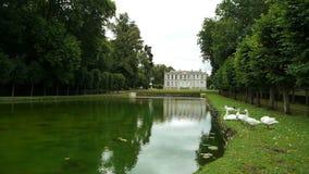 Lo specchio dell'acqua ad un giardino del castello di Canon, Francia archivi video
