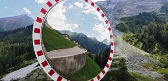 Lo specchio della curva di traffico, sicurezza dello specchio di traffico immagine stock libera da diritti