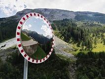 Lo specchio della curva di traffico, sicurezza dello specchio di traffico fotografie stock libere da diritti