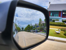 Lo specchio di automobile ha guardato attraverso il villaggio in Tailandia Fotografie Stock Libere da Diritti