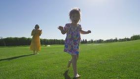 Lo speciale adorabile ha bisogno del funzionamento della ragazza sull'erba verde video d archivio