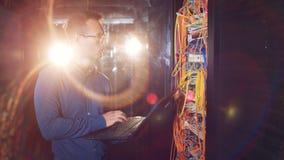 Lo specialista dell'IT sta ispezionando una rete dei server collegati stock footage
