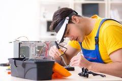 Lo specialista di recupero di riparazione e di dati del disco rigido che lavora nel laboratorio Fotografie Stock