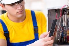 Lo specialista di recupero di riparazione e di dati del disco rigido che lavora nel laboratorio Immagine Stock