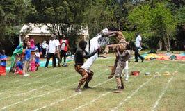 Lo spettacolo dei bambini degli acrobate e divertimento Kenya Fotografia Stock