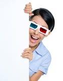 Lo spettatore in vetri 3D sbircia fuori da dietro il copyspace Fotografie Stock