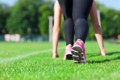 Lo sport della donna funziona sul concetto dell'erba verde dello stadio Fotografia Stock