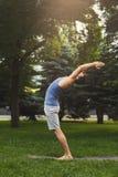 Lo sportivo che fa l'allungamento si esercita all'aperto Immagine Stock Libera da Diritti