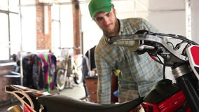 Lo sportivo maschio riempie il suo motociclo di enduro di benzina video d archivio