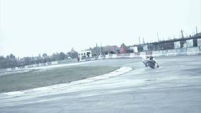 Lo sportivo su una bici bianca esegue un giro tagliente video d archivio