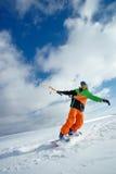 Lo sportivo su uno snowboard esegue l'aquilone Immagini Stock Libere da Diritti